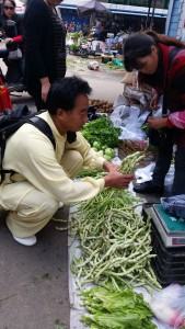 Master Zhao selecting broad beans for streaming